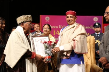 Felicitation of Pt. Kale Ram by Honble Governor Prof. Kaptan Singh Solanki