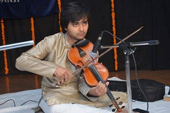 Danish Ali playing violin in 222nd MOnthly Baithak-min