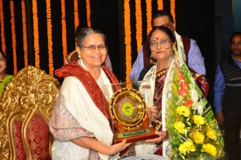 Guru Susmita Misra, Renowned Dancer being honoured by Dr. Shobha Koser at Pracheen Kala Kendra's 45th Annual Convocation held at Uttam Mancha, on 24.12.17