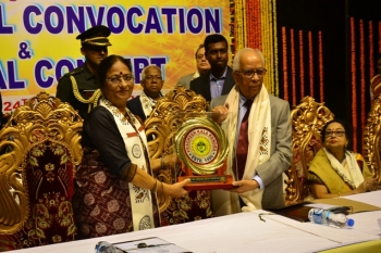 Shri. Keshari Nath Tripathi, Hon'ble governor, W.B. being honoured by Dr. Shobha Koser, registrar of Pracheen Kala Kendra