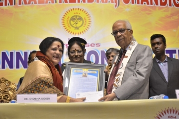 Smt. Haimanti Sukla, noted singer being felicitated by Shri. Keshari Nath Triapathi, Hon'ble governor, W.B. at Pracheen Kala Kendra's 45th Annual Convocation held at Uttam Mancha on 24.12.17