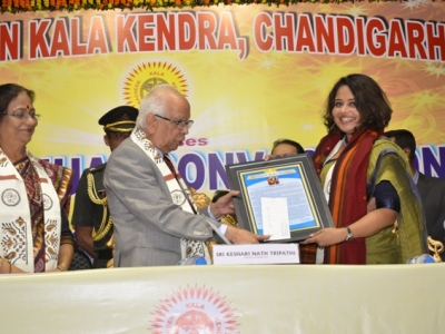 Smt. Moupia Nandy, noted journalist being felicitated by Shri. Keshari Nath Tripathi, Hon'ble governor, W.B. at Pracheen Kala Kendra's 45th Annual Convocation on 24.12.2017