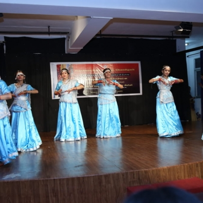 children performing in Annual function of Kendra4-min