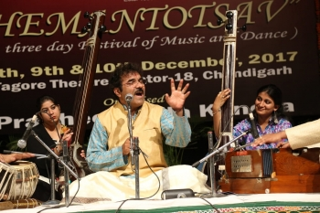 Dr. Mohan Darekar performing in Hemantotsav-min