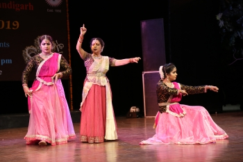 Dr. kumkum dhar performing in Kathak Utsav