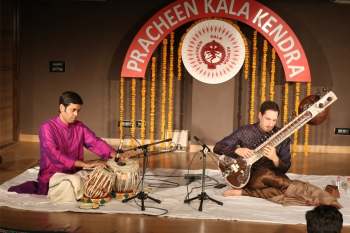 Josh Feinberg along with Rupak Kulkarni on Tabla performing in a special progrmme organised by Kendra