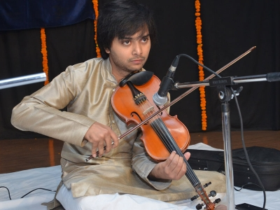 Danish-Ali-playing-violin--in-222nd-MOnthly-Baithak
